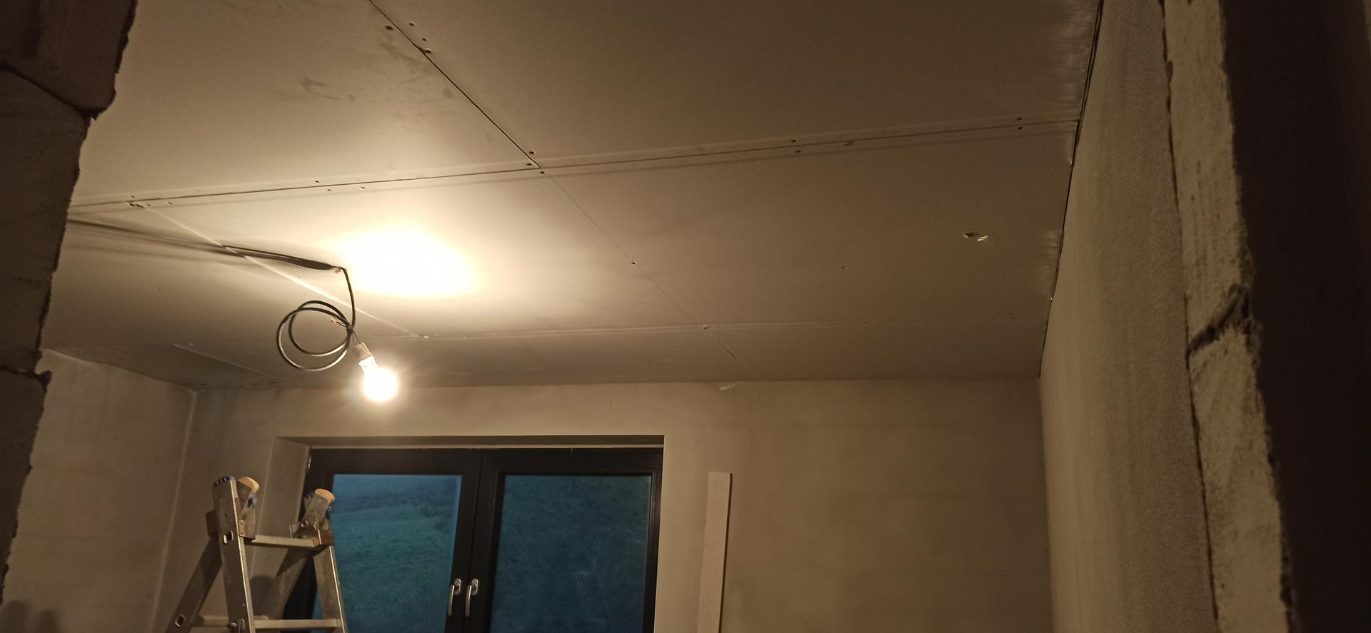Náš domček ❤️🏡 - Sadrokartónove stropy hore na poschodí. 17.10.2020