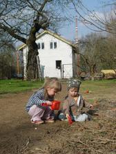 V dubnu se narodil druhy prcek, od te doby fotim jen deti... domecek a zahrada alespon jako pozadi :)