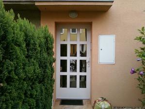 Podobne vchodove dvere, jeste s bocnim panelem (uz mame)