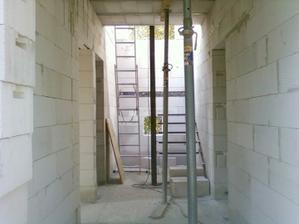 """Schodiste"" a okynka v komore pod schody a na podeste. Vpravo obyvakokuchyn, vlevo pokoj pro hosty a koupelna."