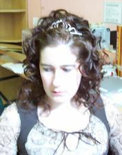 Zkouska ucesu - misto dlouhych vlnitych (viz. vyse) mam na hlave kulmou vytvorene lokny ala komtesa Hortenzie :(