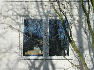 okno do obyvaku zvenku...