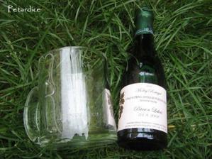 Připravené dárky - svatební vína pro rodiče a hrnečky pro všechny svatebčany