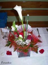 Na každém stole byla váza, které dominovala bílá kala