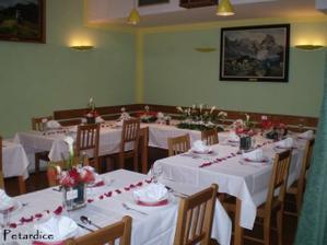Uprostřed stolů byly červené a bílé okvětní lístky