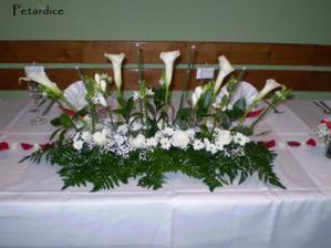 Hlavní kytka u stolu ženicha a nevěsty