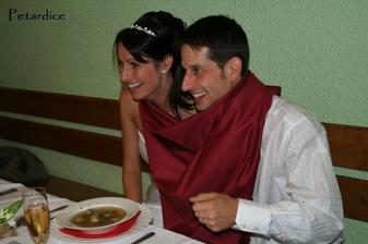 Společný talíř, společná polévka, jedna lžíce...zaplať Pánbůh za ten ubrus, odchytávající odkáplou polévku :)