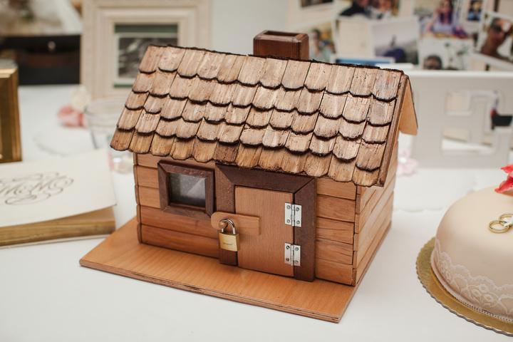 Ako originálne darovať peniaze či žreby + originálne darčeky - Tento domček použili na vyberanie peňazí na svadbe nevesta myslbek, ktorý im vyrobil strýko.