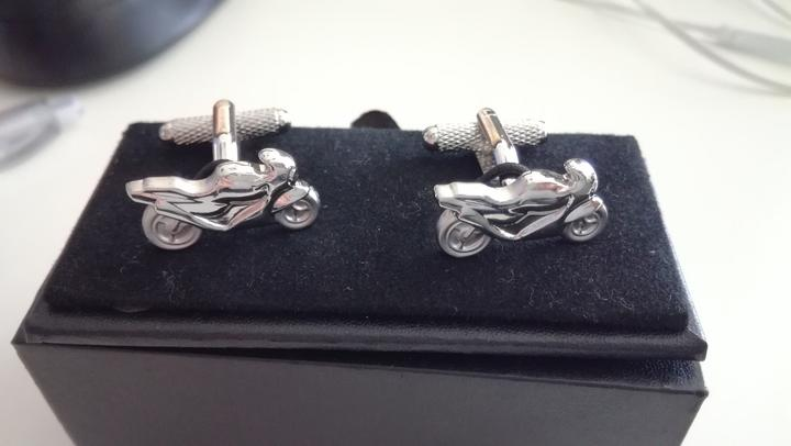 Svadba v štýle motoriek - Tieto manžetové gombíky som si tiež požičala od nevesty @yakina