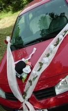 tak bude nazdobené auto ženicha jen bez těch kytiček