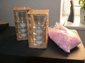 nakoupeny svíčky, písek, kalíšky na výzdobu stolů