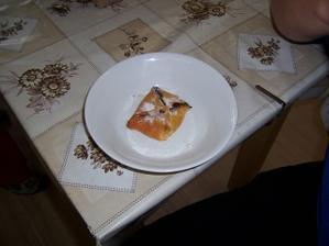 holky do koláčku daly samé dobré věci, tvaroh, povidla, ale dochutily to česnekem a kořením, aby dokázal, že o mě vážně stojí, dokázal, že jo