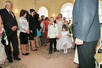 a přivádějí nevěstu