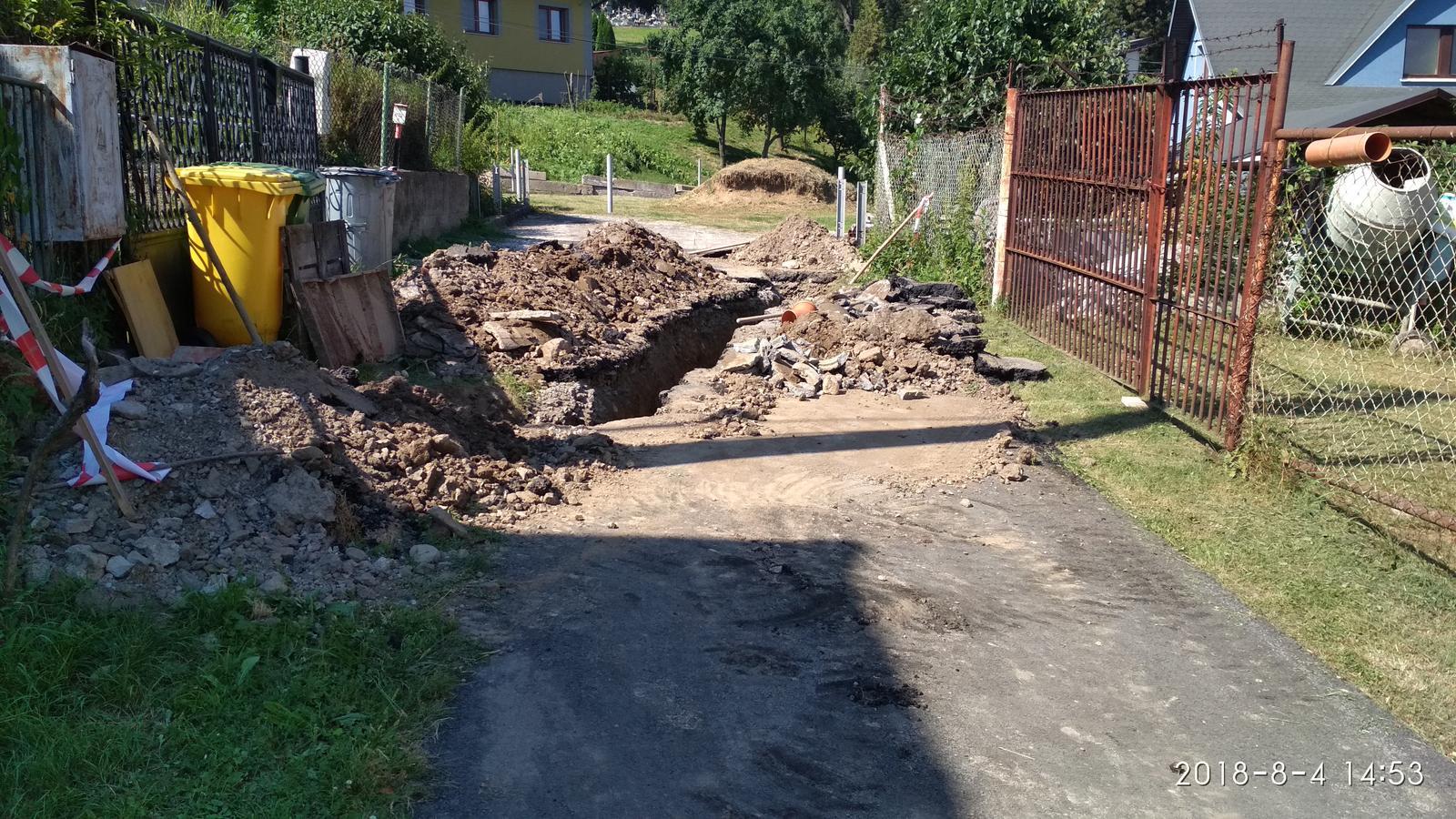 """RD Ličartovce rekonštrukcia - Výkop pre uloženie nového kanalizačného potrubia, pod cestou bola stará """"300"""" ka betonová ,žiaľ pri pokládke plynovodu a vodovodu dávno pred nami potrubie poškodili a zasypali, potrebovali sme odviesť daždovú a drenážnu vodu preč"""