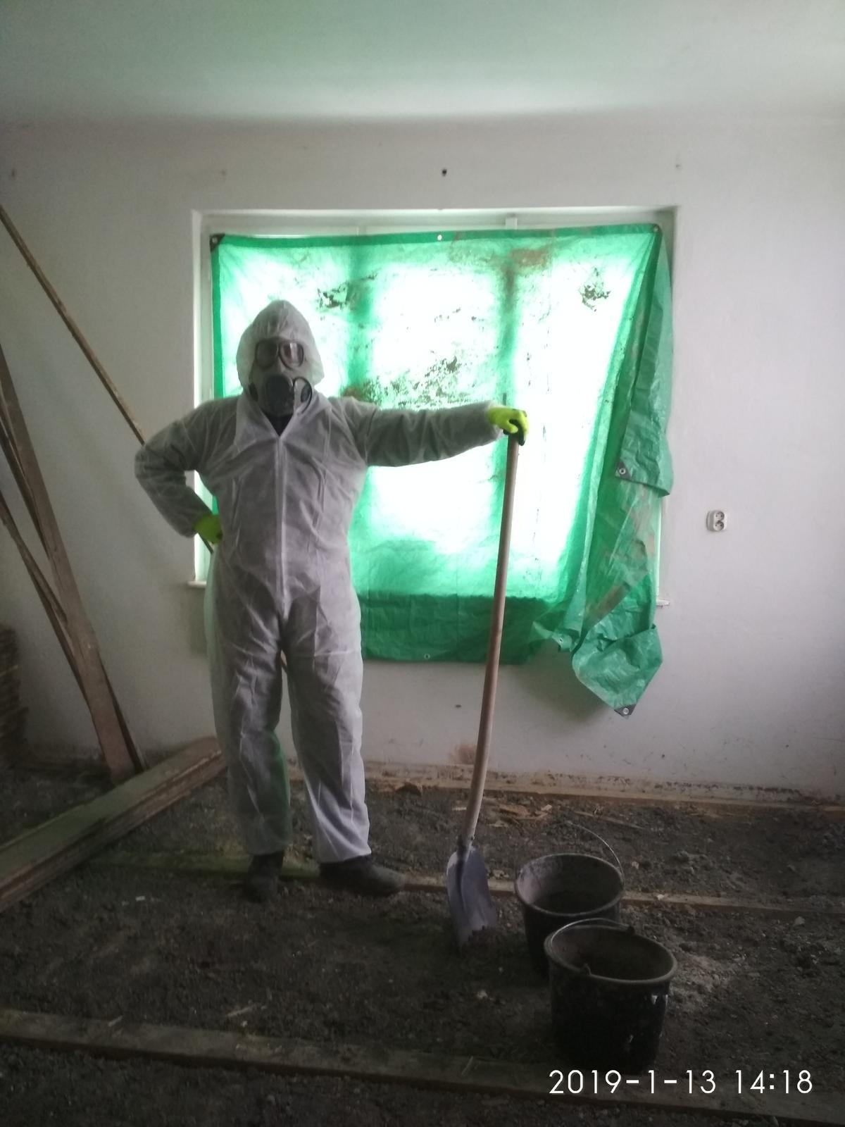 RD Ličartovce rekonštrukcia - Po skúsenostiach z vypratávaním škváry z predošlej izby som si zaobstaral ochranné pomocky, čakalo ma ešte vypratávanie povaly od betón škváry