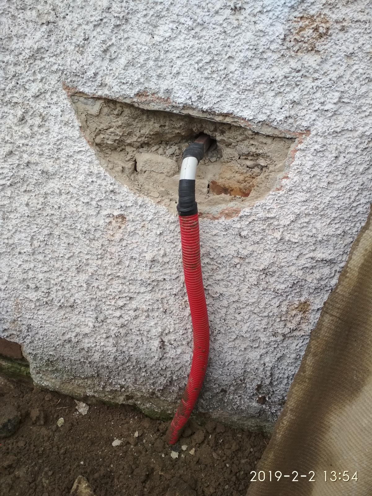"""RD Ličartovce rekonštrukcia - """"profesionálny"""" prechod elektriky do suterénu (nie moja práca)"""