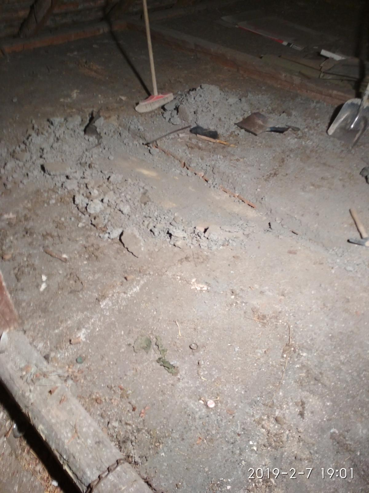 RD Ličartovce rekonštrukcia - Začínam odstraňovať škvárobetón na povale
