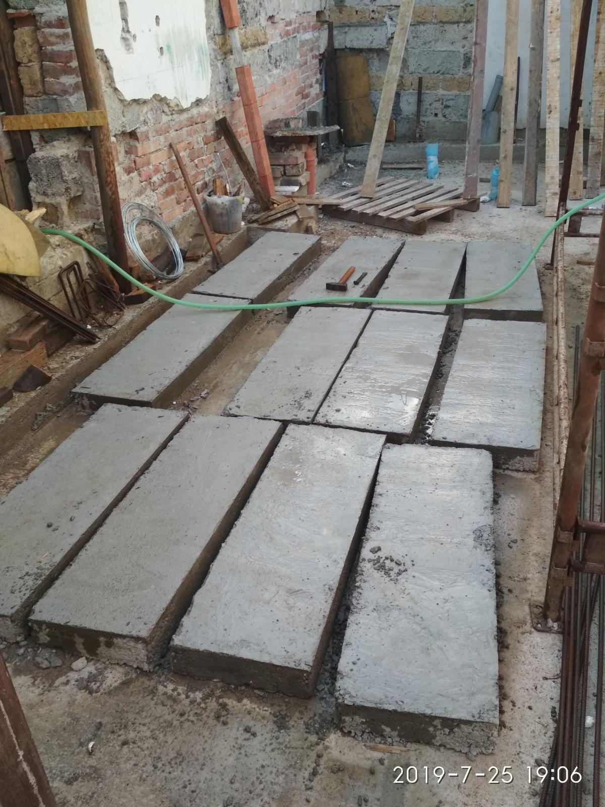 RD Ličartovce rekonštrukcia - Betónové náhrobky pod kolesá, chyba bola odliať ich v interiéri a vynášať to potom von, ale aspon sa precvičili kríže