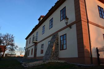"""Ekofarma Skřivaň - hlavní ,,zámecká"""" budova"""
