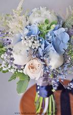 Květiny objednané. Bude to kombinace růží a modré hortenzie.