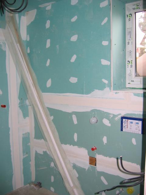 8.5.2010 Dolní koupelna - vpravo od dveří místo pro WC,bidettu a sprcháč