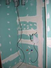 Vlevo od dveří místo pro pračku, sušičku-vedle sebe, nad pračkou bude viset rekuperátor. Tím, že dveře budou otvíravé dovnitř nebude to na první pohled tak hrozné, možná časem vymyslíme jak toto zneviditelnit :-)