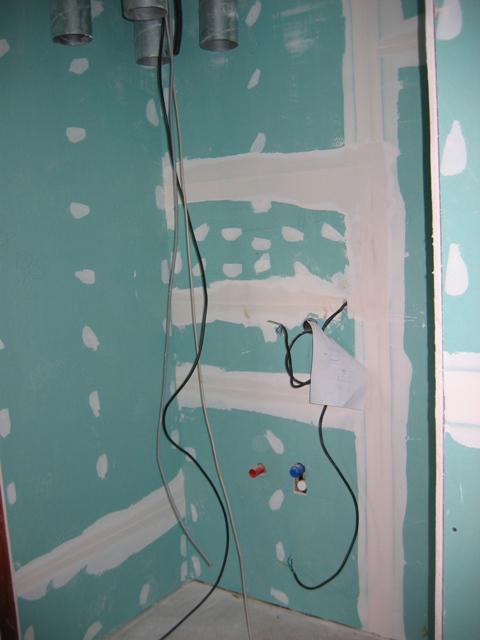 Rd - Vlevo od dveří místo pro pračku, sušičku-vedle sebe, nad pračkou bude viset rekuperátor. Tím, že dveře budou otvíravé dovnitř nebude to na první pohled tak hrozné, možná časem vymyslíme jak toto zneviditelnit :-)