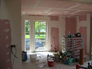 Už máme žárovky !pohled od vstupních dveří do obývacího pokoje za stěnou oddělující schody je schován kuchyňský kout