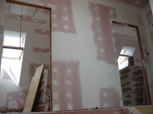 Pohled ze schodiště do pokojů v patře - dva větší - každý  2x střešní okno, ten levý navíc francouzské okno