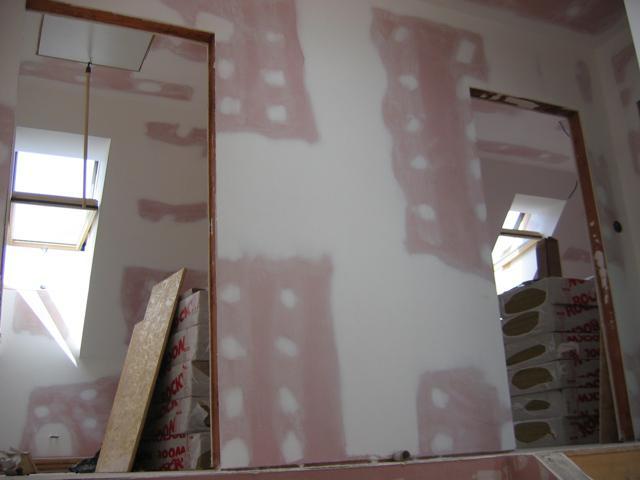 Rd - Pohled ze schodiště do pokojů v patře - dva větší - každý  2x střešní okno, ten levý navíc francouzské okno