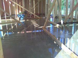 ještě, že jsme vprostřed domu mysleli na přisávání vzduchu do budoucího komína - aspoň měla kudy vytéct voda po přívalovém dešti