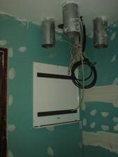 18.5.2010 namontován panel k zavěšení rekuperace v dolní koupelně