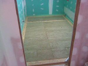 24.5.2010 klademe podlahu-spíš vrstvu za vrstvou v horní koupelně