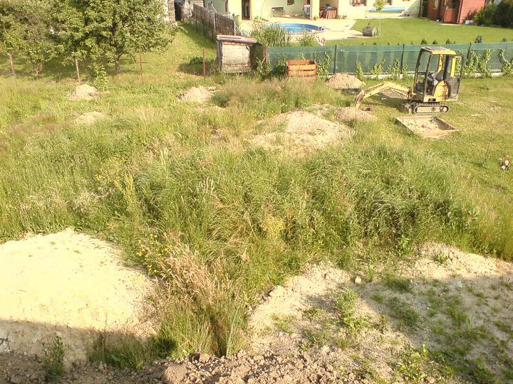 1.7.2010 bagr u sousedů i u nás hloubí výkopy - základy pro šopu