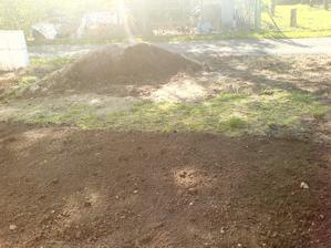 9.5.2012 rozvážíme hlínu před domem