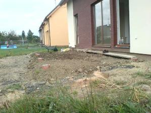 pracujeme na terenu okolo domu, to bude ještě na dlouho, zatím náznak terasy