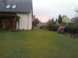 říjnová zahrada - třešeň, to malé vedle je přesazená kalina