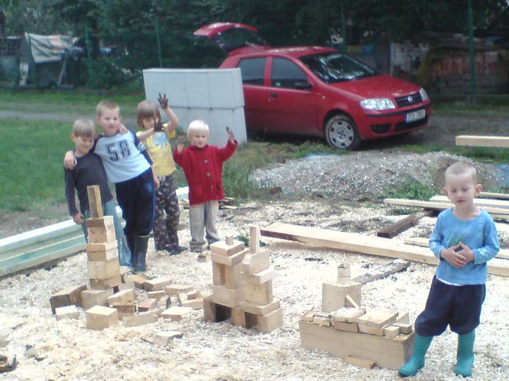 Rd - 2.9.2010 šikovní tesaři nám při výrobě pergoly udělali stavebnici Dííííky !!!