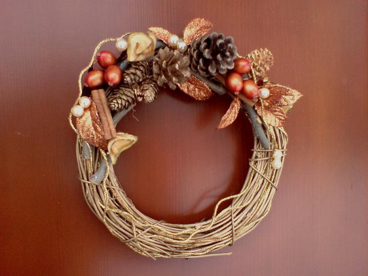 Rd - Vrbové proutky nastříkané zlatou , švestkové špalíky a hobliny, modřínové a borové šišky od sousedů, perličky a trocha z vánočních pozlátek z obchodu :-)
