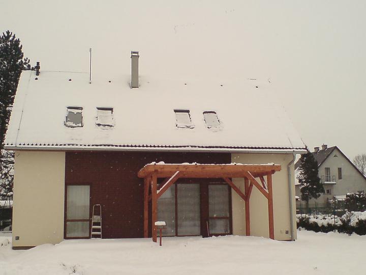 Rd - terasa pod sněhem  (po celé délce cihlového obkladu)