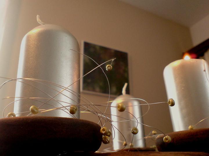 Rd - letošní pokus stříbrný drátek a perličky ve stejném odstínu svíček - zaručeně neopadá