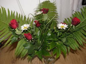 Vše za zahrady až na ty růže- ty jsme museli koupit v deštích posledního týdne školy naše ještě nekvetly (jsou to navázané 3 kytice-pro 3 paní učitelky)