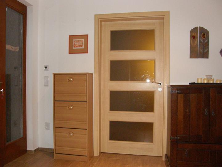 4 různé barvy na nábytku a dveřích :-(
