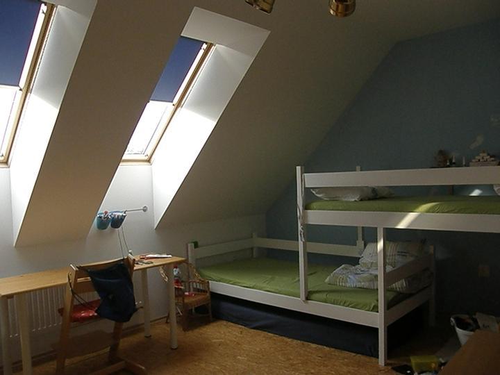 Klukům jsem před časem natřela postele na bílo :-)