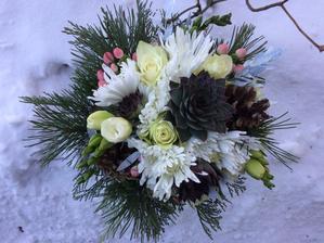 větvičky borovice, cypřišku, borové šišky a netřesky z vlastní zahrady, od kamarádky z květinářství dokoupené frézie, třezalky, růžičky, chryzantémky a bělený eukalyptus