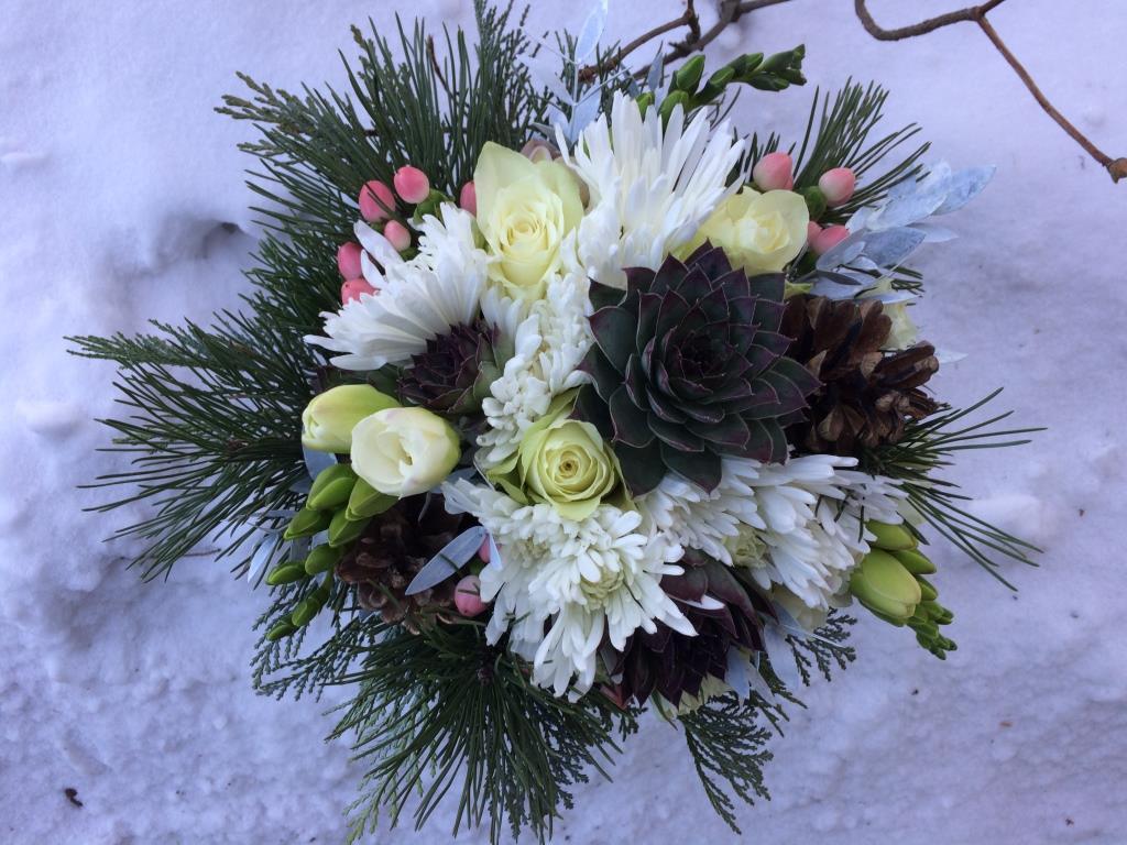 Dekorace z květin Pro radost - Větvičky borovice, cypřišku, borové šišky a netřesky z vlastní zahrady, od kamarádky z květinářství dokoupené frézie, třezalky, růžičky, chryzantémky a bělený eukalyptushttps://www.livit.cz/dekorace-clanky/modni-stramak-ktery-prisel-nepozvan-nezmar-n