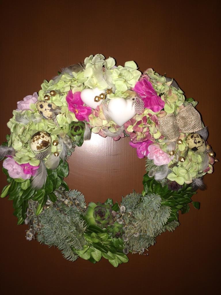Dekorace z květin Pro radost - kupovaný korpus se zeleným buxusem i jehličnanem jsem doplnila sušenou hortenzií, neřesky, křepelčími vajíčky,peříčky, zlacený len ...