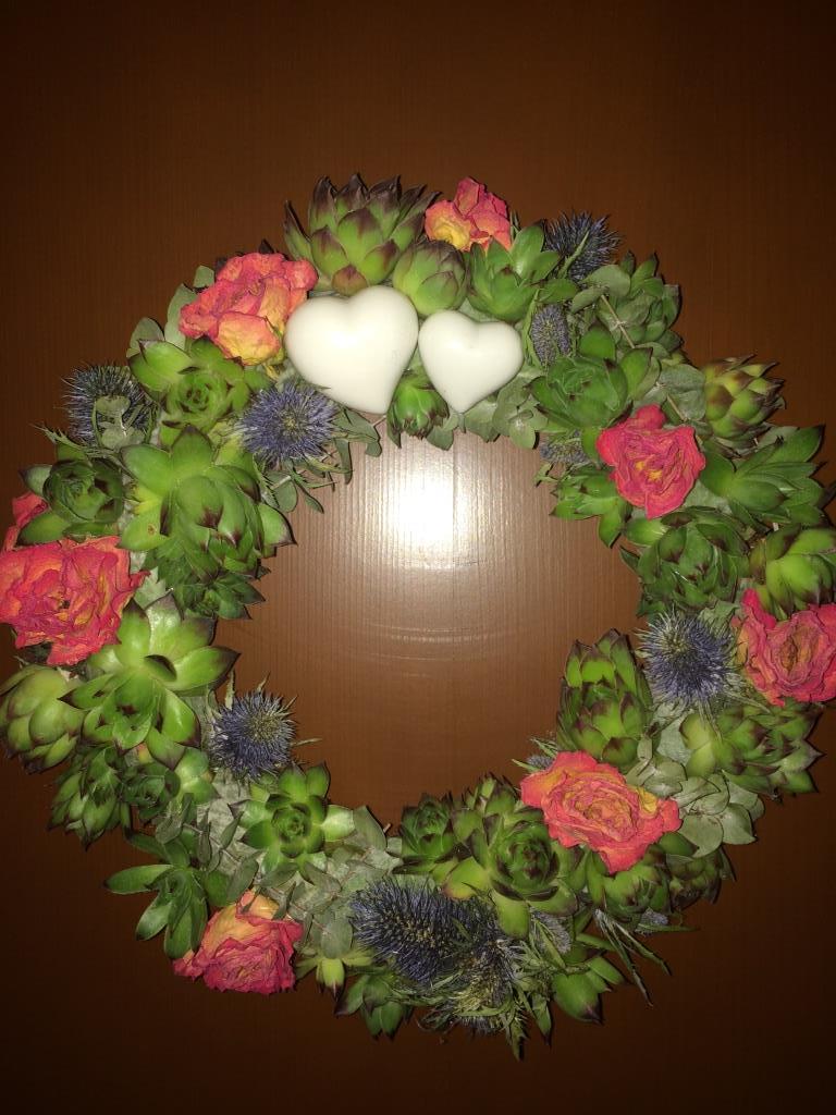 Dekorace z květin Pro radost - sušené růžičky a eryngium(máčka), eukalyptus z předchozí kyticek k tomu živé netřesky