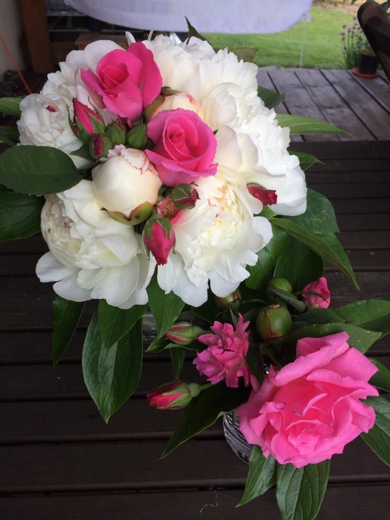 Dekorace z květin Pro radost - pivońky i růžičky z vlastní zahrady