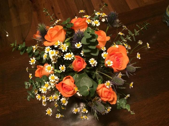 Od návštěvy jsem dostala jen ty růže a v květinářství jsem si pak dokoupila heřmánek, máčky a eukalyptus